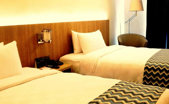 guest room twin bed di Louis Kienne Hotel Simpang Lima
