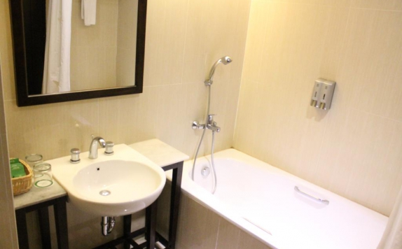 bathroom di Maqna Hotel by Prasanthi