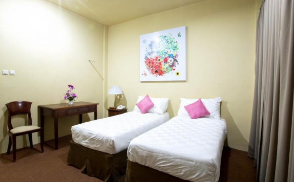 guest room twin bed di Maven Buncit Hotel