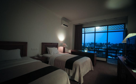 guest room twin bed di Mesra Resort Hotel