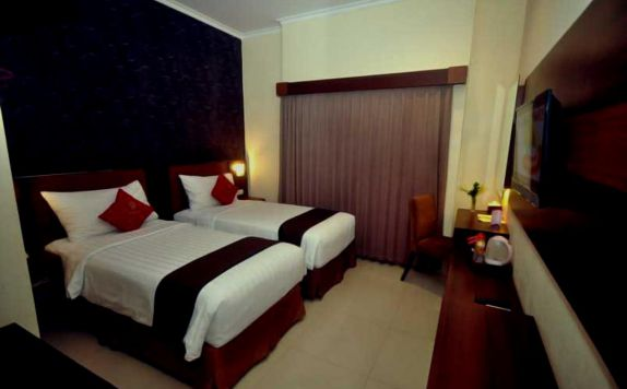 guest room twin bed di Nueve Jogja Hotel