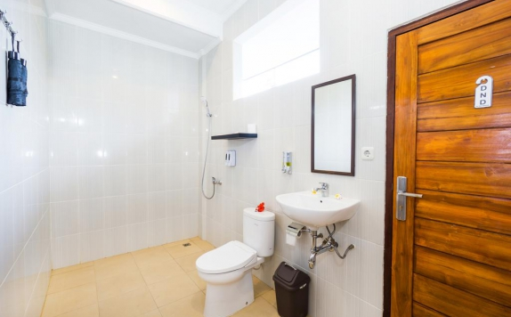 Bathroom di Nyuh Gading Home Stay