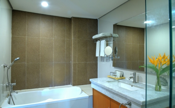 Bathroom di Oaktree Emerald Hotel Semarang