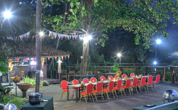 Restaurant outdoor di Oaktree Emerald Hotel Semarang
