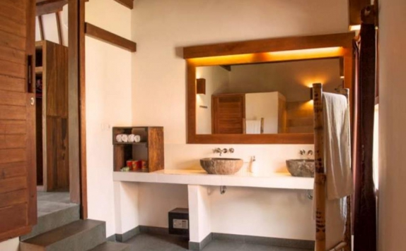 Tampilan Bathroom Hotel di Oceans 5 Dive Resort