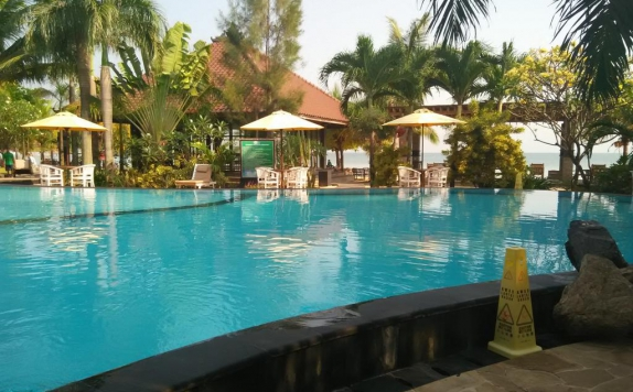 Swimming pool di Palm Beach Resort Jepara