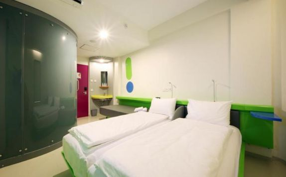 guest room twin bed di POP Hotel Teuku Umar