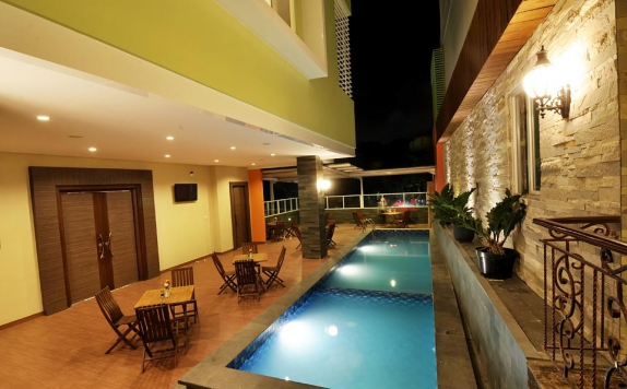 Swimming Pool di Pose In Hotel Solo