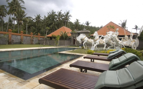 Swimming Pool di Puri Rai Hotel
