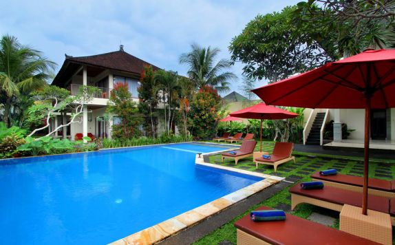 Outdoor Pool Hotel di Putri Ayu Cottage