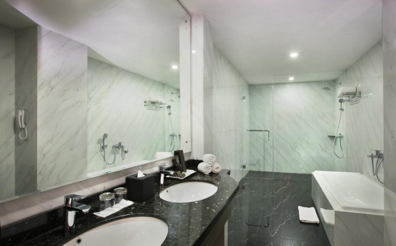 Bathroom di Pyramid Suites Banjarmasin