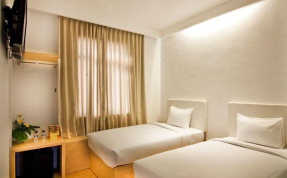 guest room twin bed di Q Hotel
