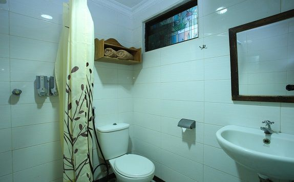 bathroom di RedDoorz near Discovery Mall Kuta