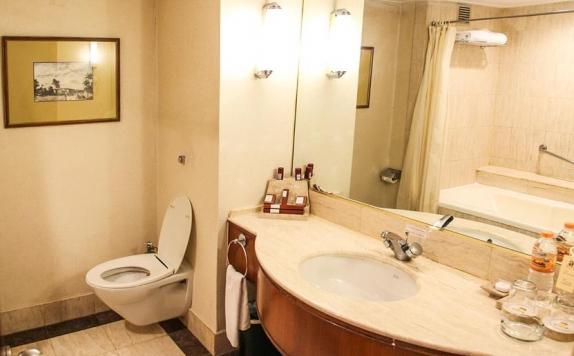 Bathroom di Redtop Hotel and Convention Center