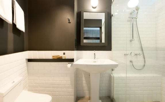 bathroom di Rooms Inc Semarang