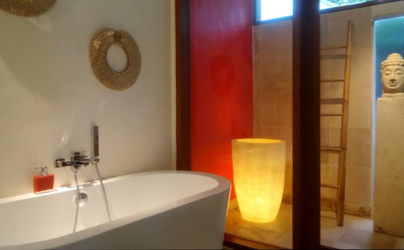 Bathroom di Rouge Bali - Lounge Bar, Villas & Spa