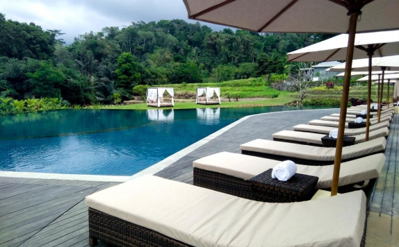 Outdoor Pool Hotel di Royal Tulip Saranam Resort And Spa