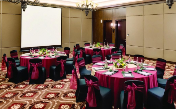 Tampilan Ballroom Hotel di Royal Tulip Saranam Resort And Spa