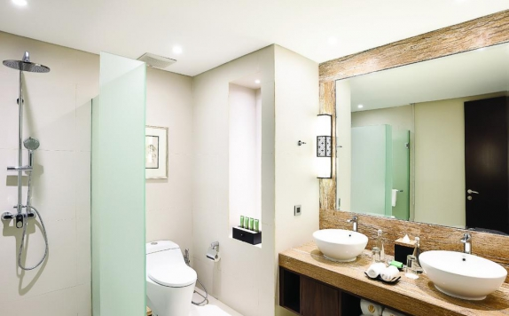 Tampilan Bathroom Hotel di Royal Tulip Saranam Resort And Spa