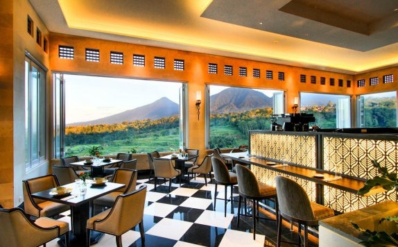 Tampilan Kafe Hotel di Royal Tulip Saranam Resort And Spa