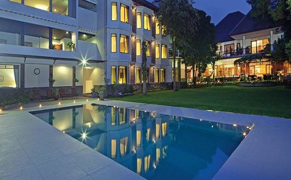 Swimming Pool di Hotel Sandalwood Bandung