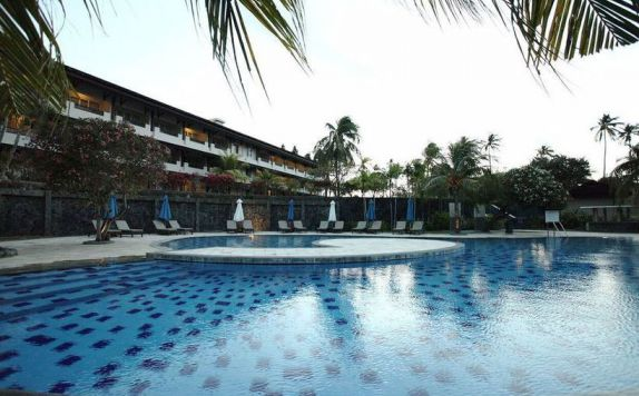Swimming Pool di Santika Premiere Seaside Resort Manado