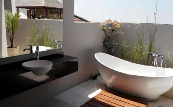 Tampilan Bathroom Hotel di Scala Bed And Beyond