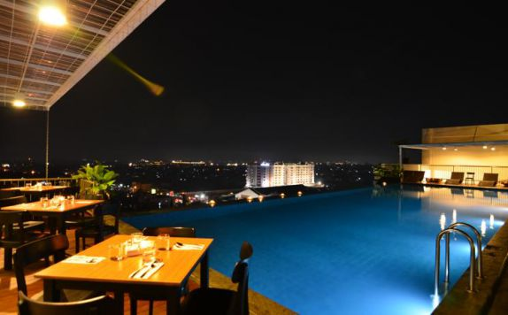 swimming pool di Student Park Hotel Apartment Yogyakarta