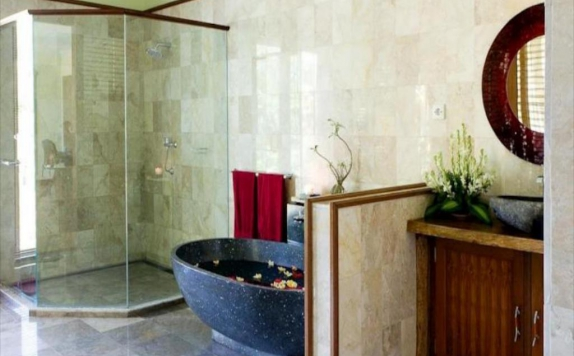 bathroom di Suara Air Luxury Villa