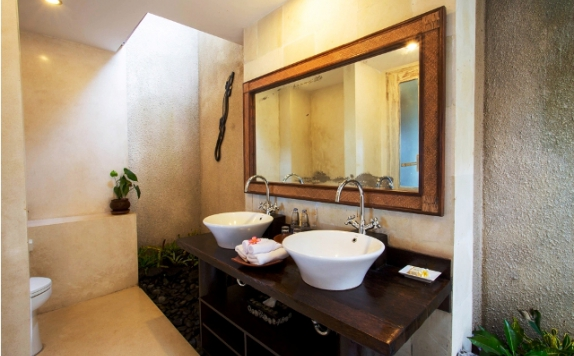 Bathroom di Surya Santi Villas