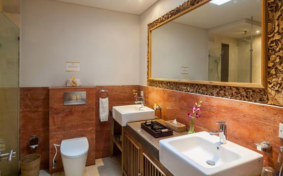 Junior Suite Bathroom di Svarga Loka Resort