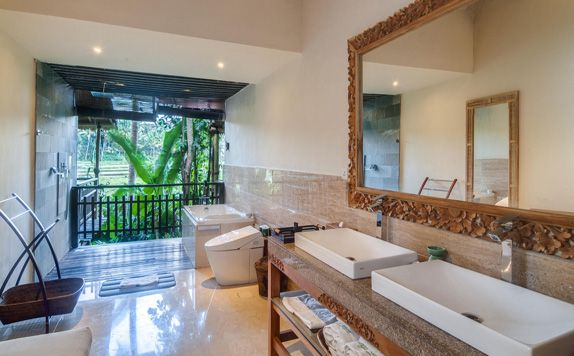 Master Suite Bathroom di Svarga Loka Resort