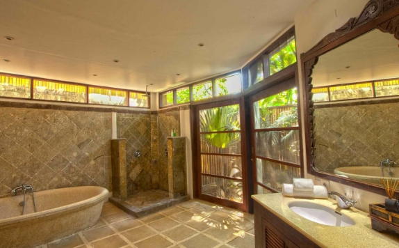 bathroom di Taman Wana Seminyak Luxury Villa Resort