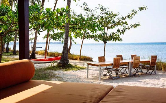 Outdoor Beach Dining di The Anandita