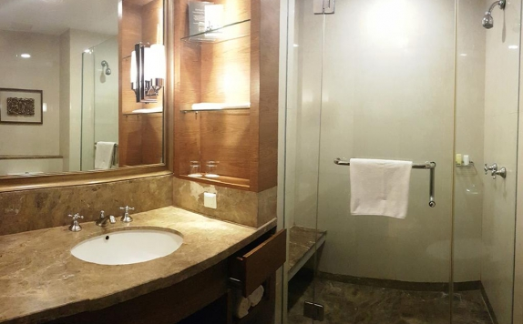 Bathroom di The Aryaduta Hotel Medan