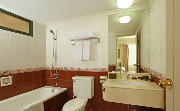 Bathroom di The Aryaduta Suites Hotel Semanggi