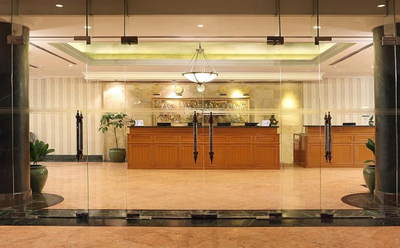 Receptionist di The Aryaduta Suites Hotel Semanggi