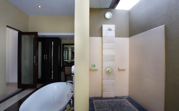 Bathroom di The Bidadari Villas and Spa