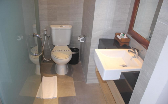 bathroom di The Cakra Hotel