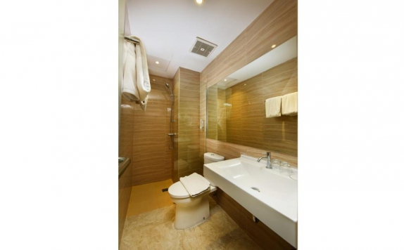 Bathroom di The Crew Hotel Medan