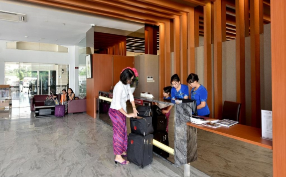 Receptionist di The Crew Hotel Medan
