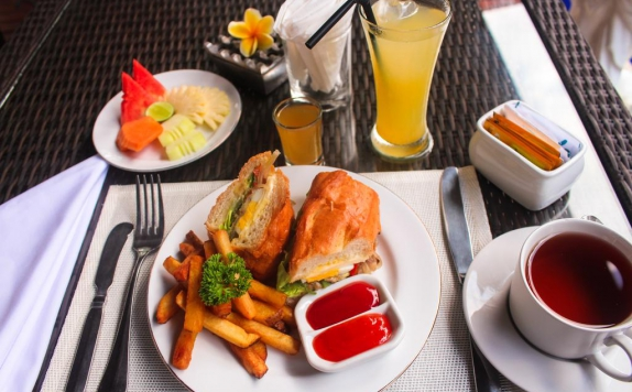 Food and Beverage Hotel di The Diana Suite Tuban