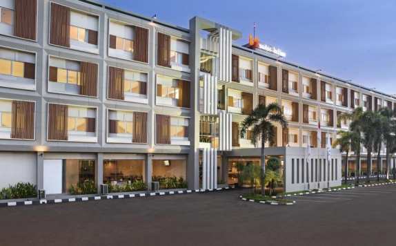 Front view di The Evitel Hotel Cibitung
