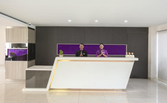 Receptionist di The Evitel Hotel Cibitung