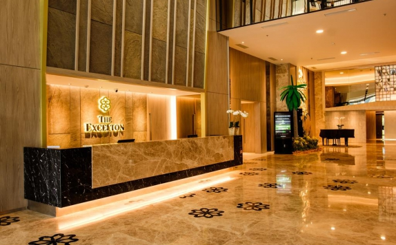 Receptionist di The Excelton Hotel