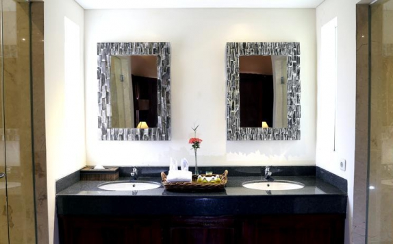 bathroom di The Grand Bakas Villa