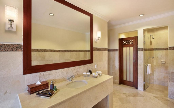 Bathroom di The Grand Bali Nusa Dua