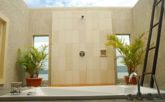 bathroom di The Natsepa Resort & Conference Center