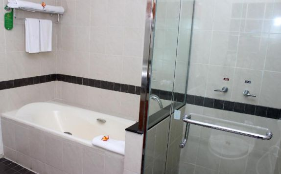 Bathroom di The Royale Krakatau Hotel