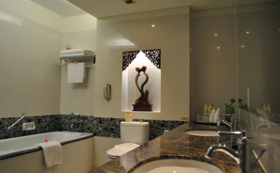Bathroom di The Royal Surakarta Heritage
